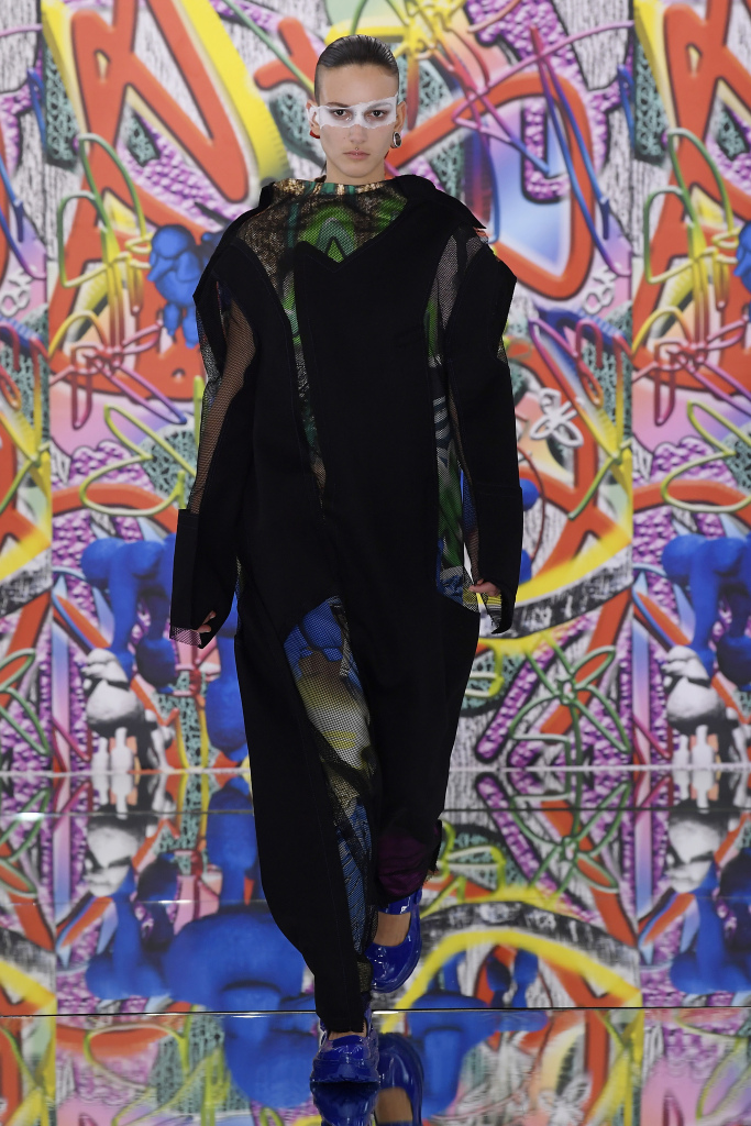 Modemodell med svart antrekk i Galliano kolleksjon
