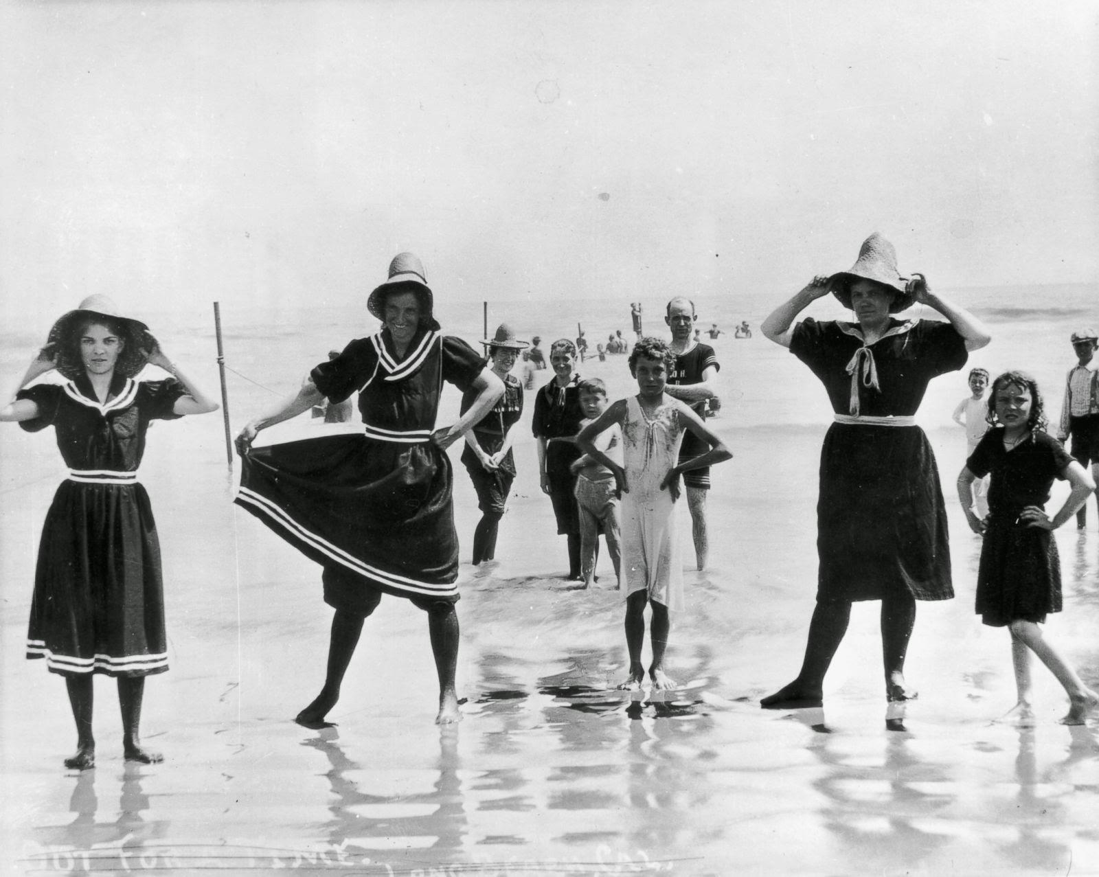 Στην 1920, οι γυναίκες χρησιμοποίησαν φορέματα, κάλτσες και ακόμη και αθλητικά παπούτσια