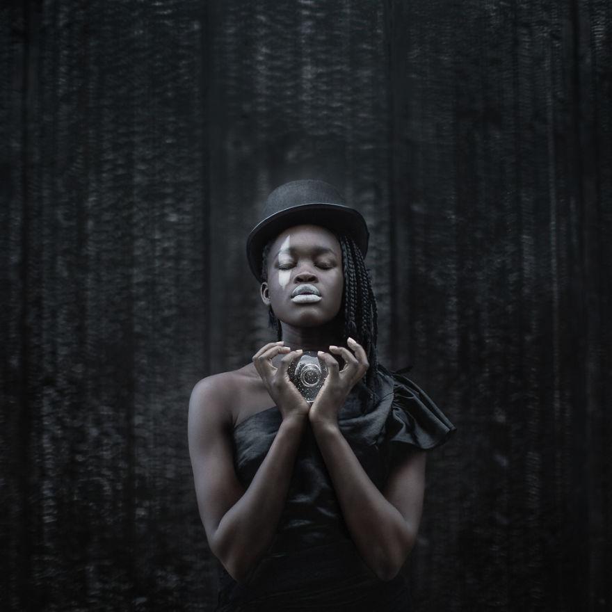 Μοντέλο με καπέλο και μαύρο φόρεμα
