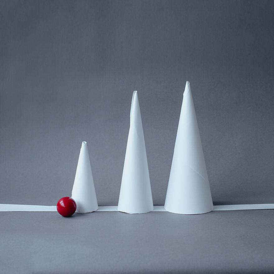 Conos de papel con pelota roja