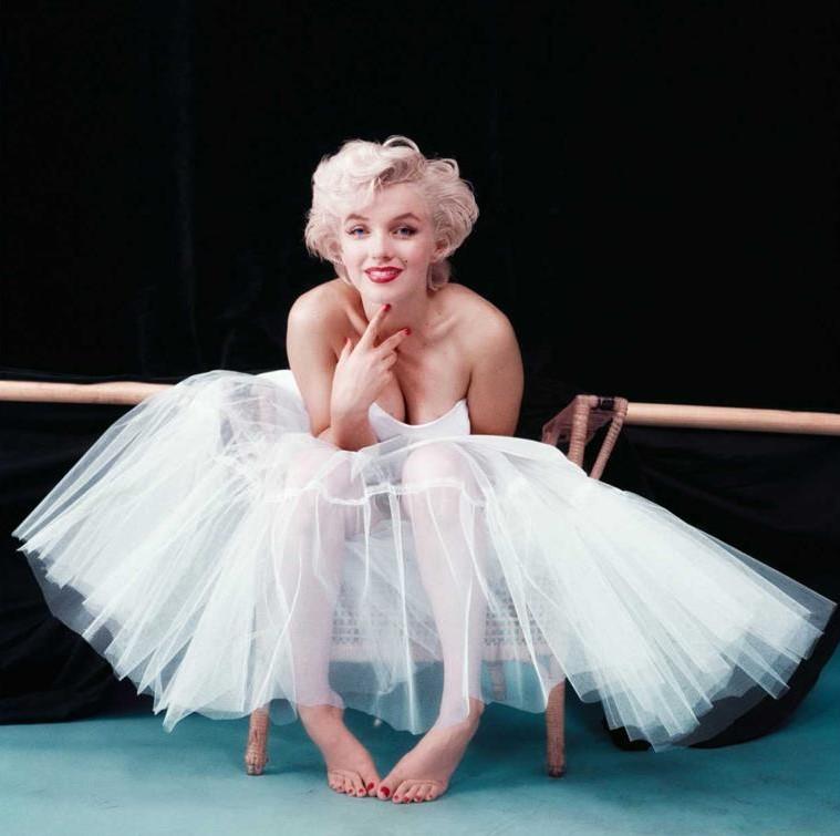 मर्लिन मुनरो ने मिल्टन ग्रीन द्वारा एक नर्तकी के रूप में कपड़े पहने