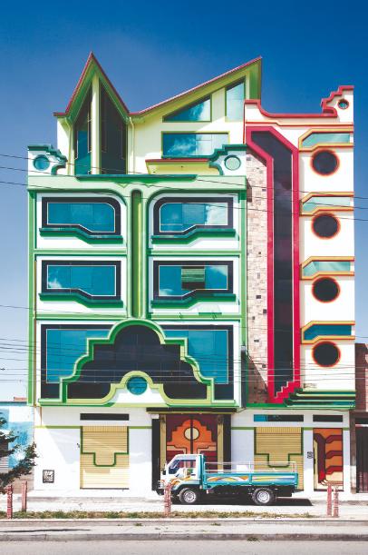 Fachada multicolor de Freddy Mamani