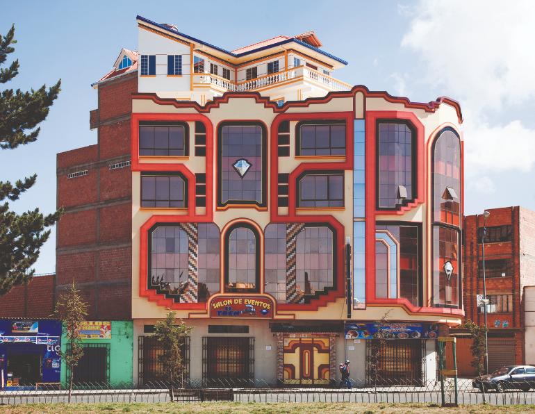 fachada roja, blanca y azul de Freddy Mamani