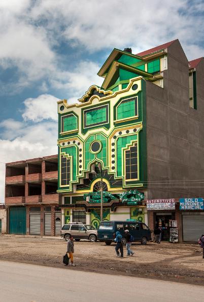 fachada verde y de perfil por Freddy Mamani