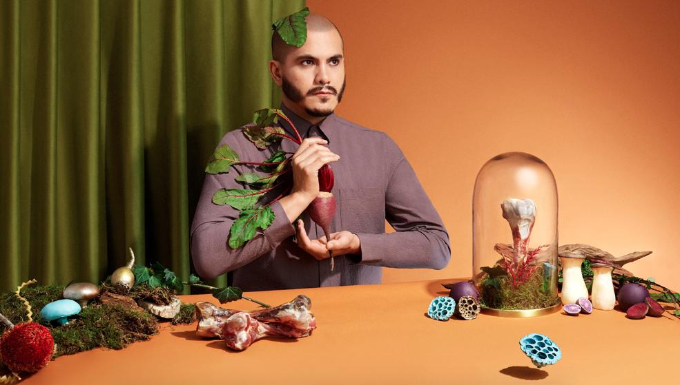 surrealistisk fotografi av en mann s bordet med planter på hodet for restauranten Ovnew