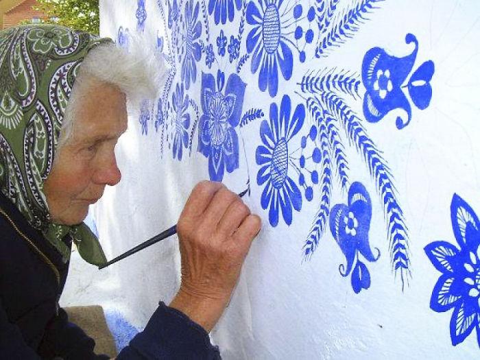 Agnes Kasparkova pinta cada primavera y verano las casas de su natal Louka en República Checa