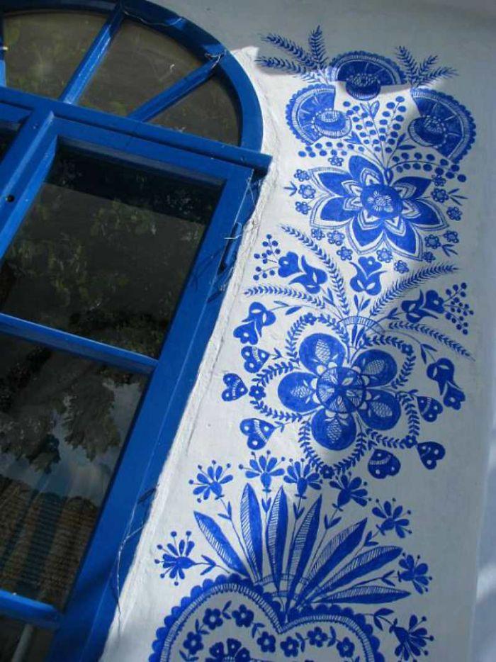 Agnes Kasparkova toma sus pineles desde hace 30 años para pintar casas de la aldea checa