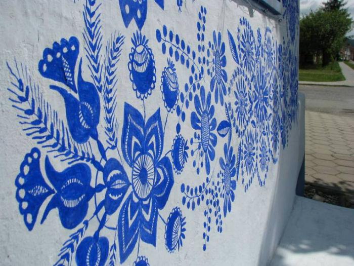Las paredes lucen más alegres desde que Agnes Kasparkova pinta cada verano