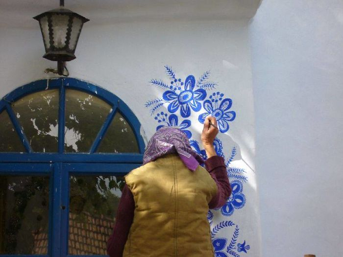 Los pinceles y un balde de pintura azul transformados en arte de Agnes Kasparkova