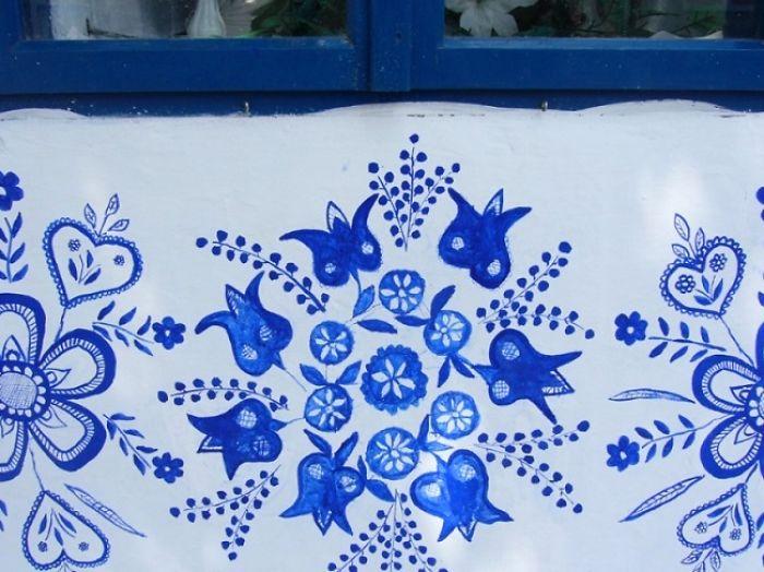 Con gran precisión Agnes Kasparkova sigue pintando en esta aldea checa
