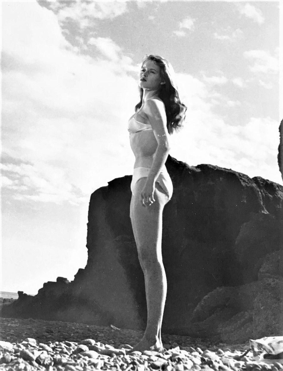 Η ηθοποιός Brigitte Bardot φοράει μπικίνι