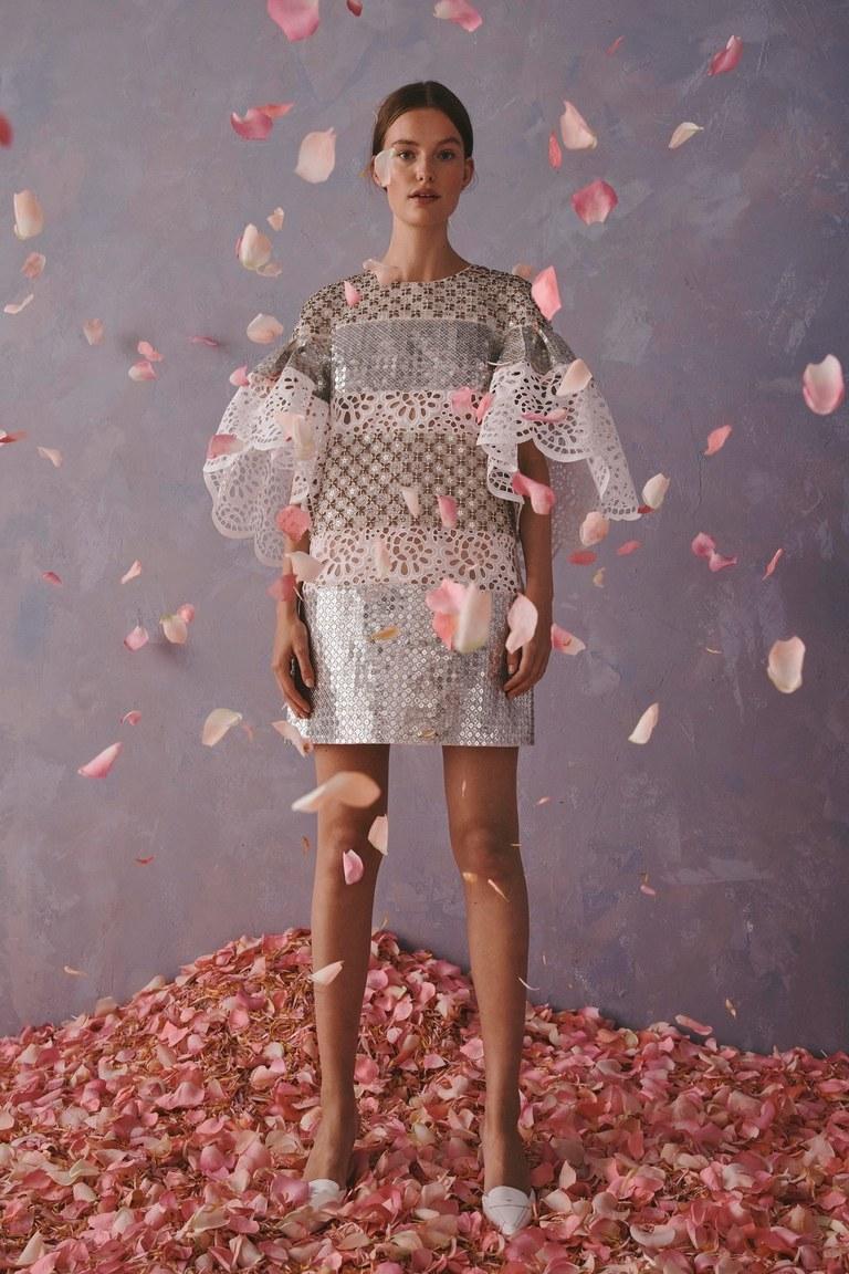 Donna con abito corto e fiori Carolina Herrera