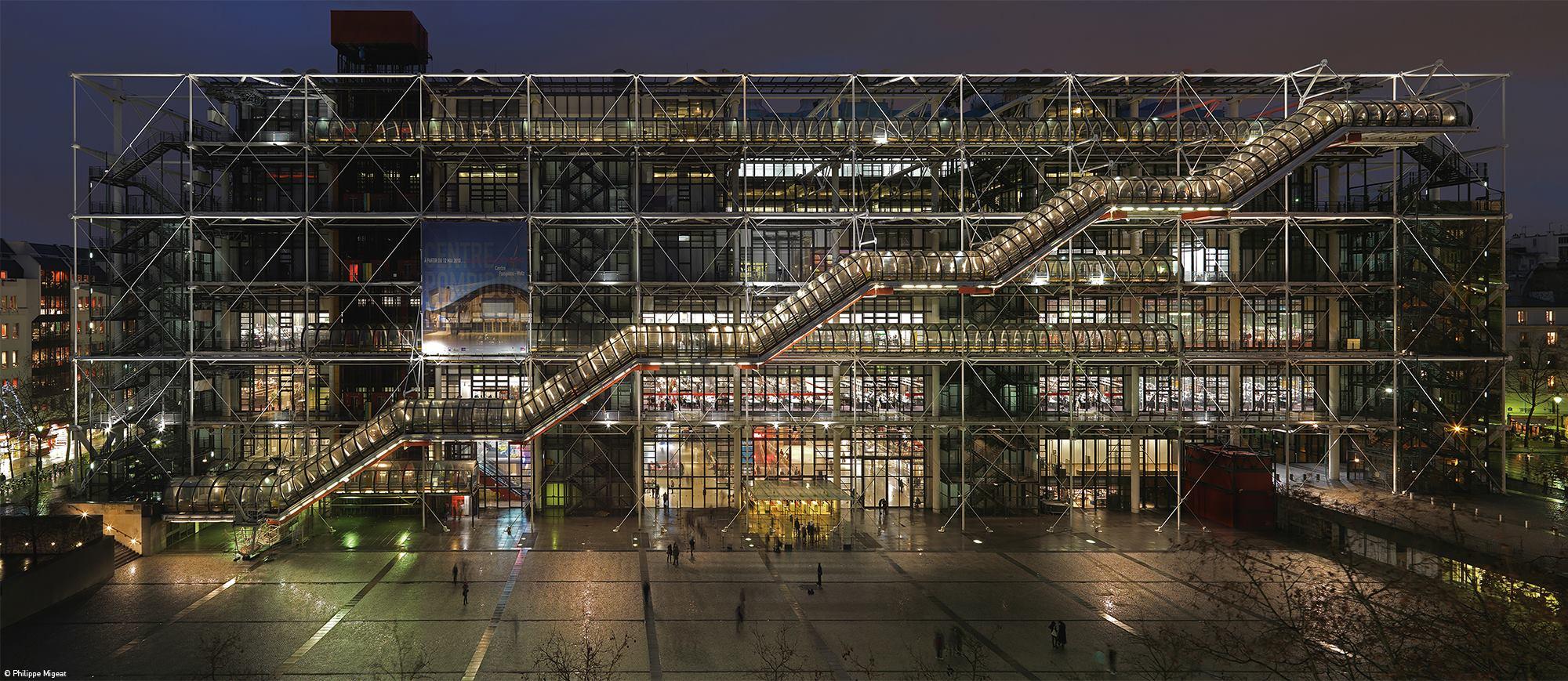 En París, su primera obra maestra, el Centro Pompidou.