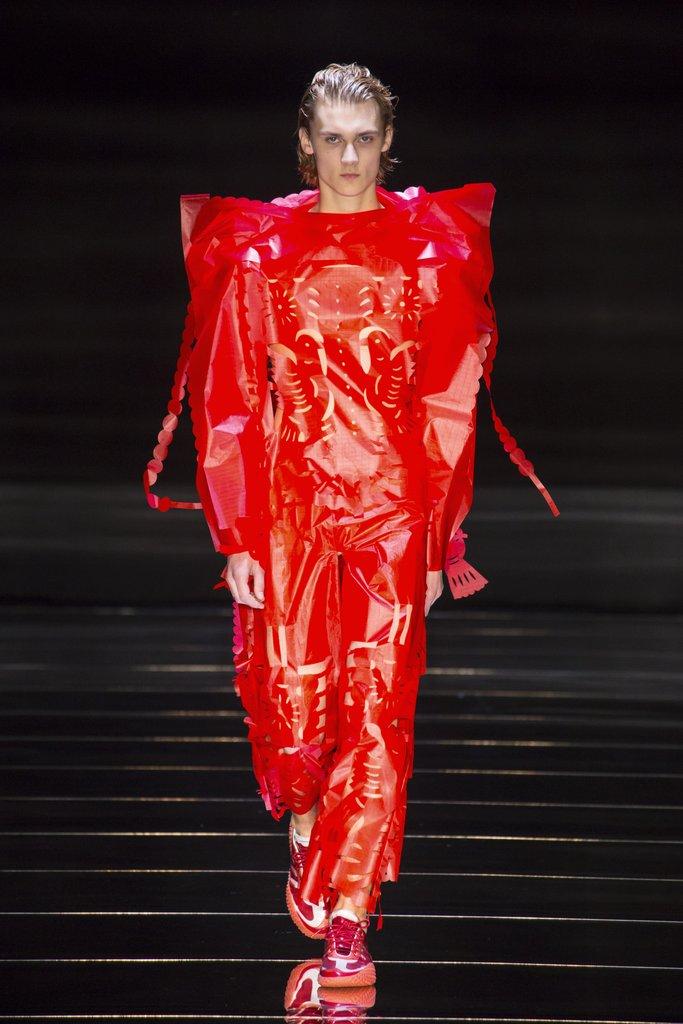 Ο σχεδιαστής του Λονδίνου Craig Green έκλεισε την εβδομάδα μόδας στο Λονδίνο με τα κομμένα ενδύματα από χαρτί