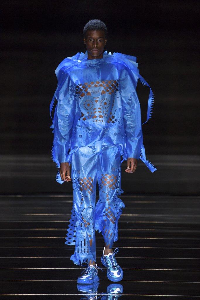 क्रेग ग्रीन से प्रेरित क्रेग ग्रीन के वस्त्र रेशम से बने होते हैं