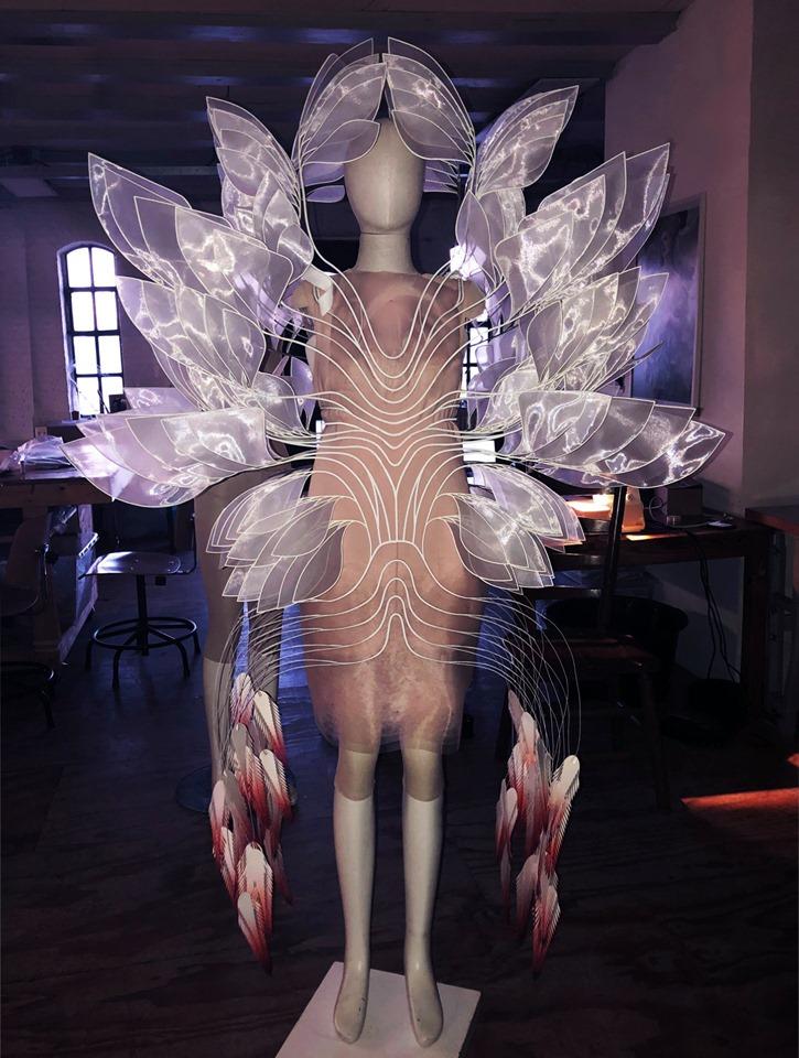 Bladene i Björk kjole er laget for hånd