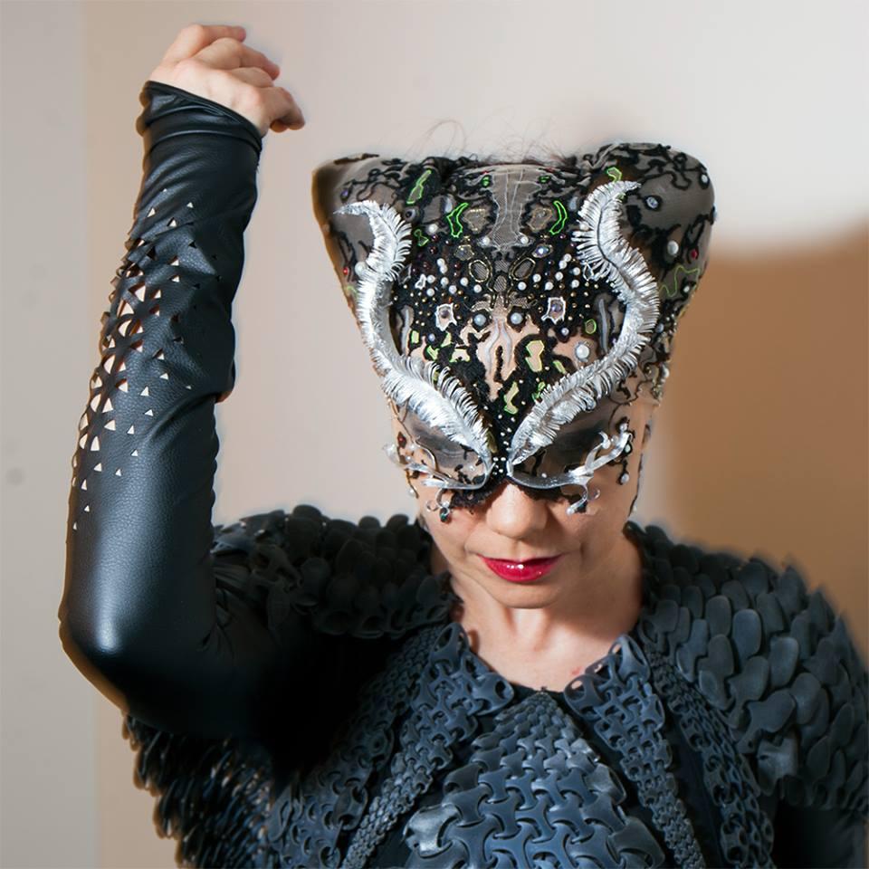 James Merry designer maskene til den islandske sangeren