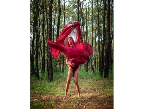 महिला वेशभूषा लाल वन प्रकृति