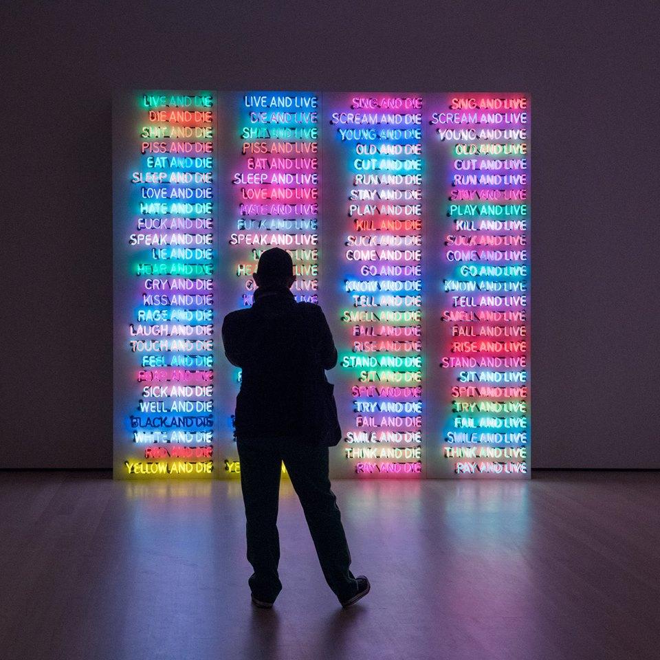 MoMA में अकेले कला की सराहना करें