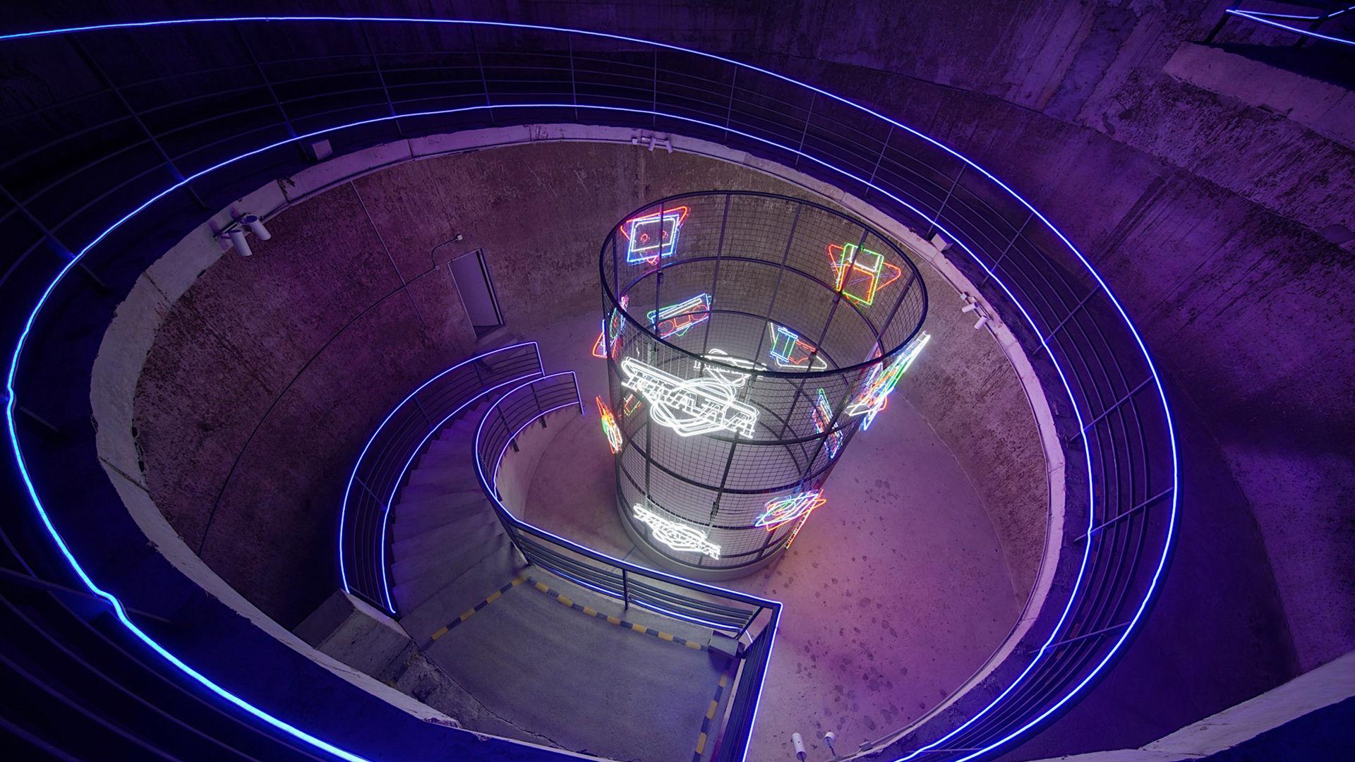 Lys, farger og futurisme, berøring av AMO for den nye Prada-samlingen