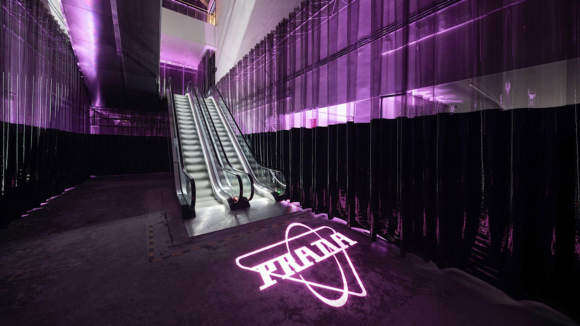 Stedet er designet av AMO for Prada