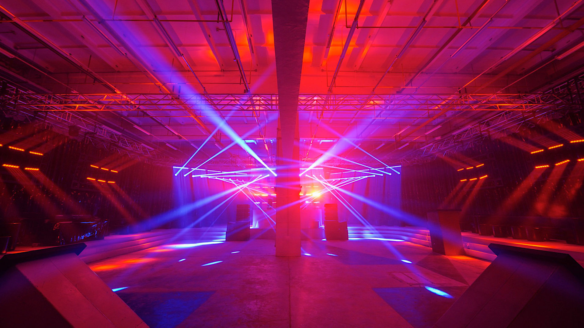 Τα κόκκινα και μωβ φώτα φωτίζουν τη σκηνή Prada