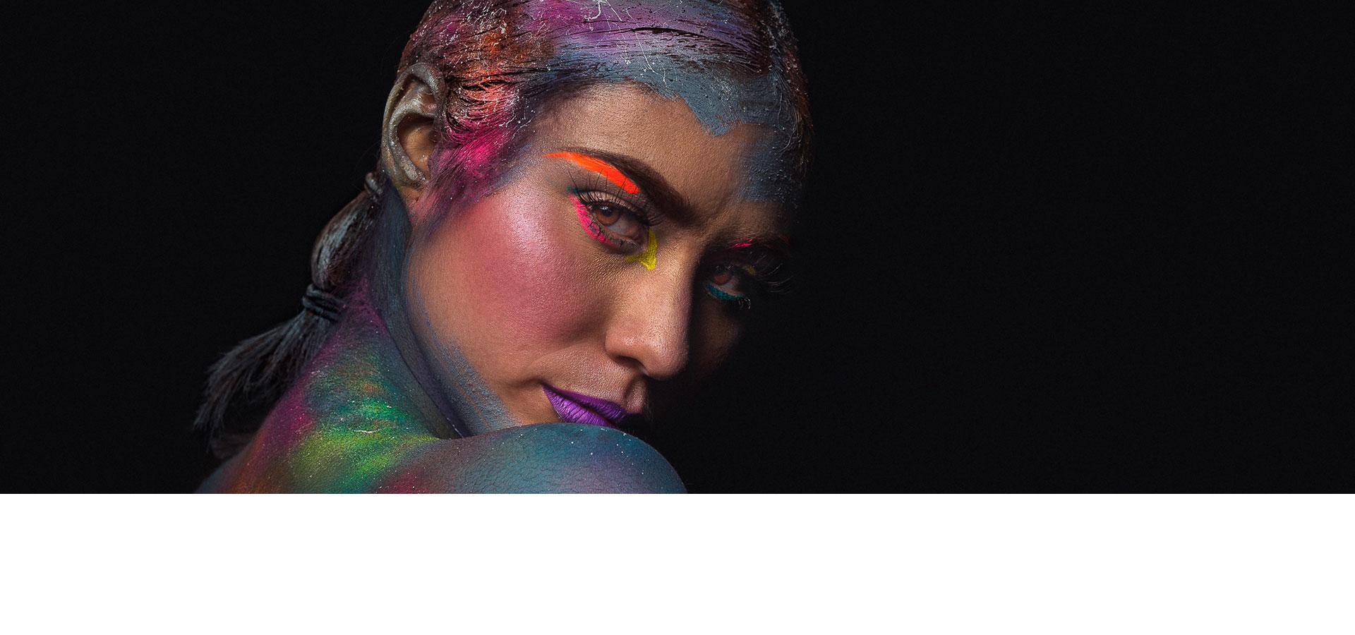 妇女黑色背景与多彩化妆