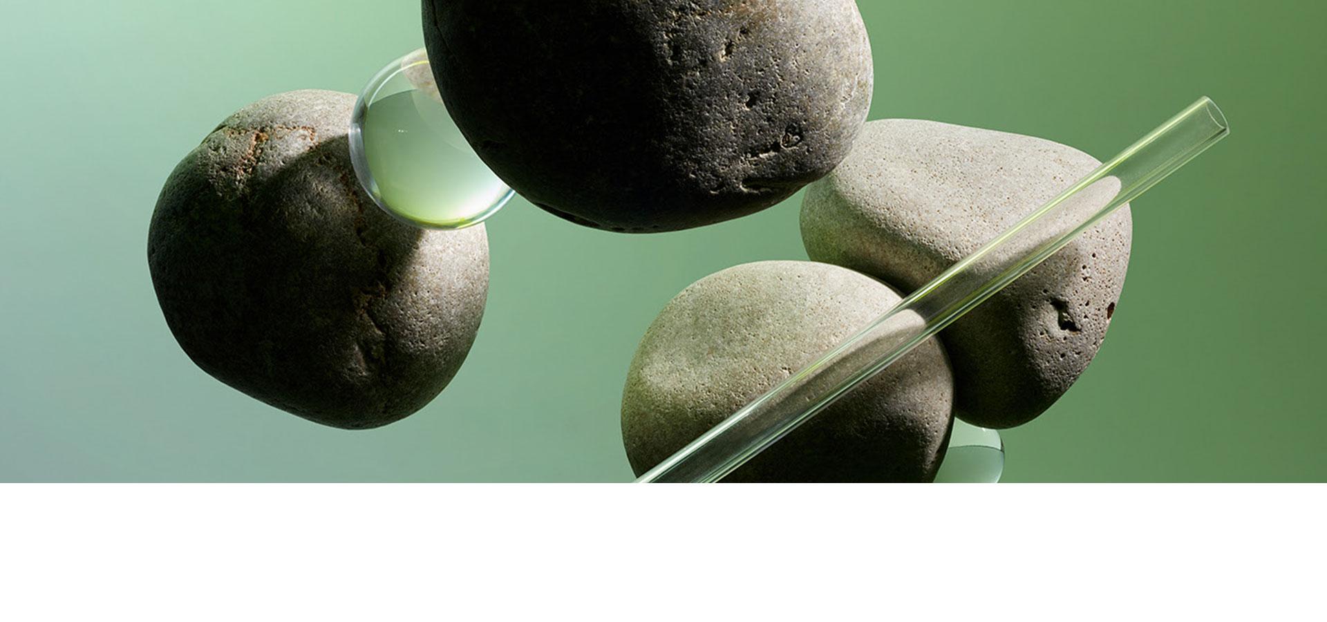 stenen zweven met waterdruppels