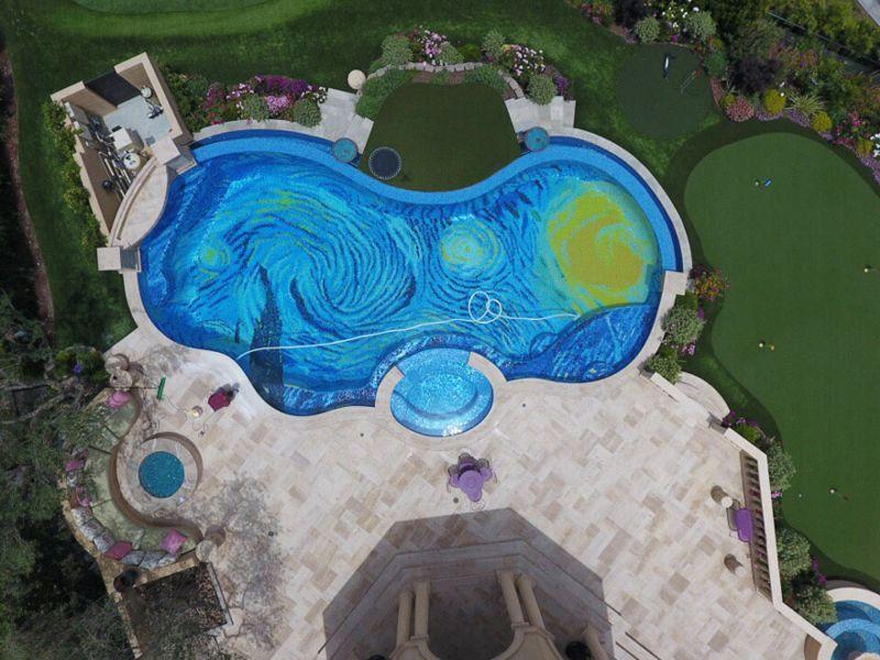 मोज़ाइक से बना यह पूल विन्सेन्ट वैन गॉग द्वारा तारों वाली रात की नकल करता है