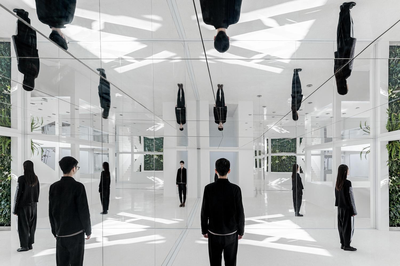 El jardín de espejos asemeja una realidad alternativa