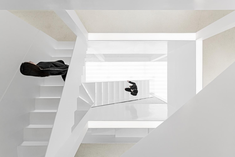 Las escaleras forman una especie de espiral infinito en el jardín de los espejos