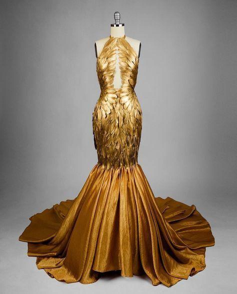 Elegancia y sofisticación en un vestido adornado con plumas