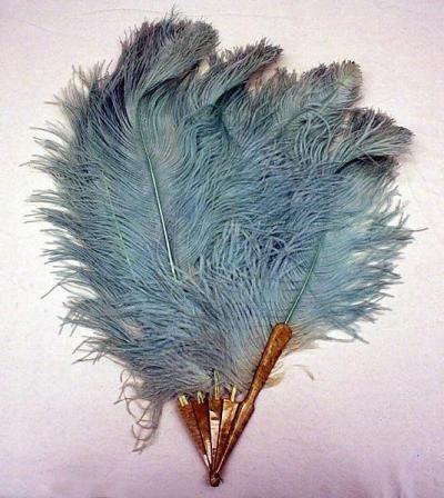 Los abanicos de plumas acompañaron por largo tiempo a las mujeres