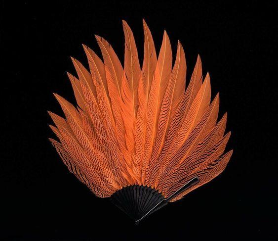 El contraste de los accesorios con plumas y los vestidos siempre llaman la atención