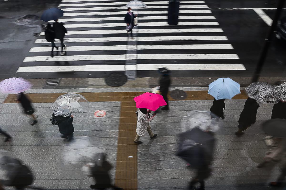 Het komen en gaan van mensen in Tokio in de fotografie van José Luna