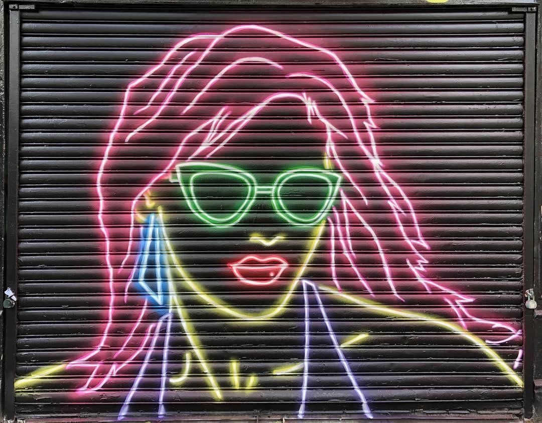 Donna al neon di Adam Fujita