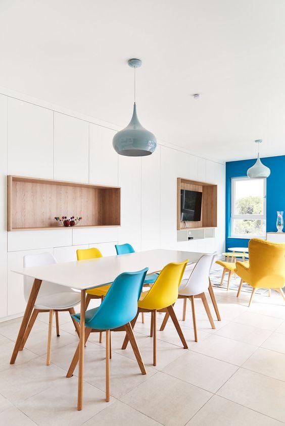 De varierte fargene på Eames stolene går med en hvilken som helst dekorasjon