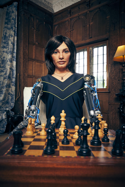 शतरंज के साथ रोबोट कलाकार ऐ-दा