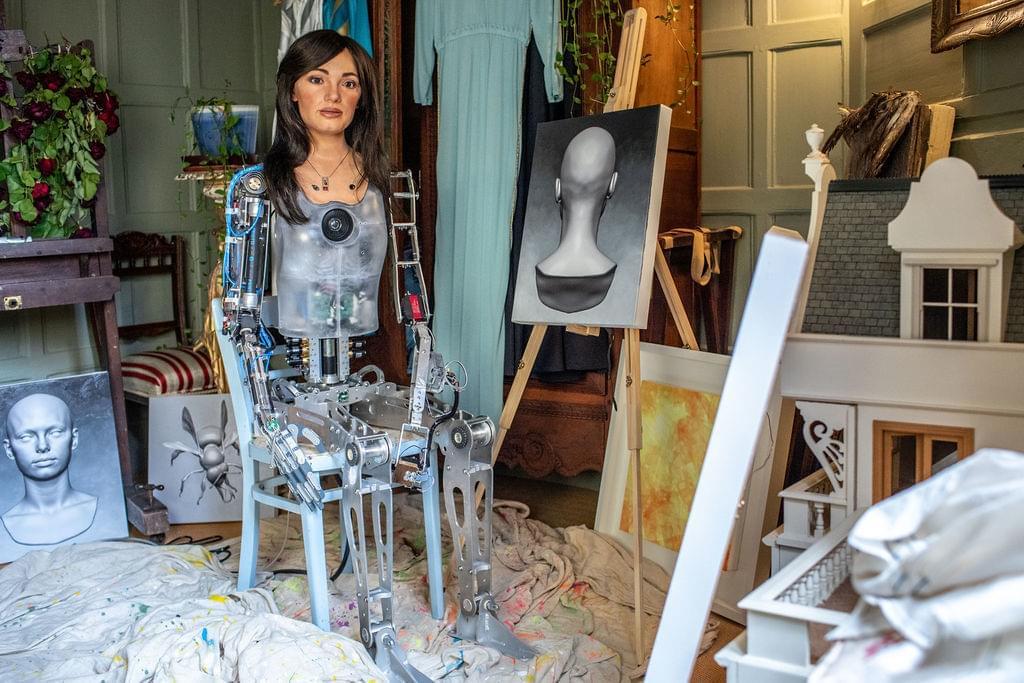 बिना कपड़ों के पहला रोबोट कलाकार ऐ-दा