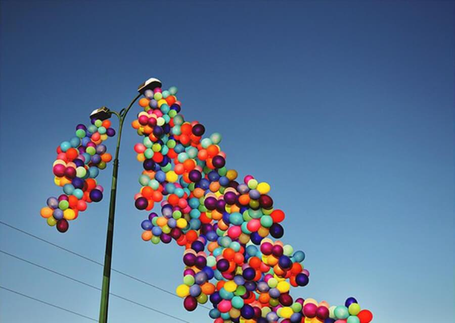 Globos de colores que inspiran alegría y esperanza en Siria