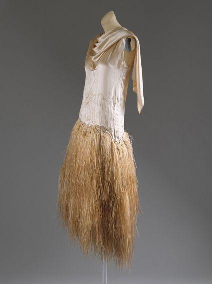 La caída de las plumas en el vestido lo hace sumamente femenino