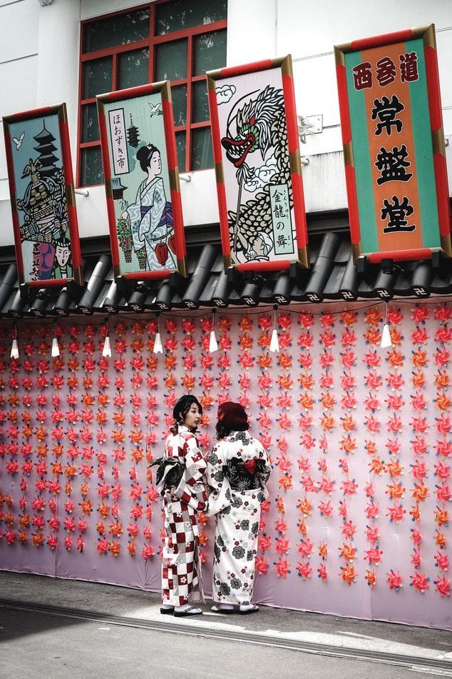 Τα χέρι κεντημένα σχέδια είναι απαραίτητα για την επεξεργασία του κιμονό