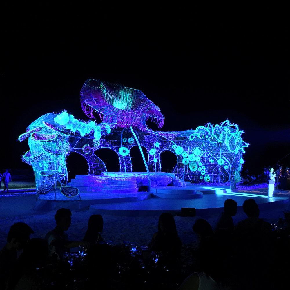 Luces neon y objetos reciclados transformados en obras al aire libre