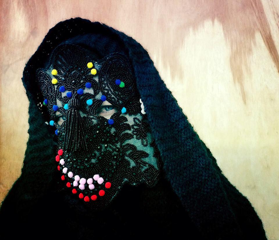 La artista Damselfrau hace sus máscaras a mano