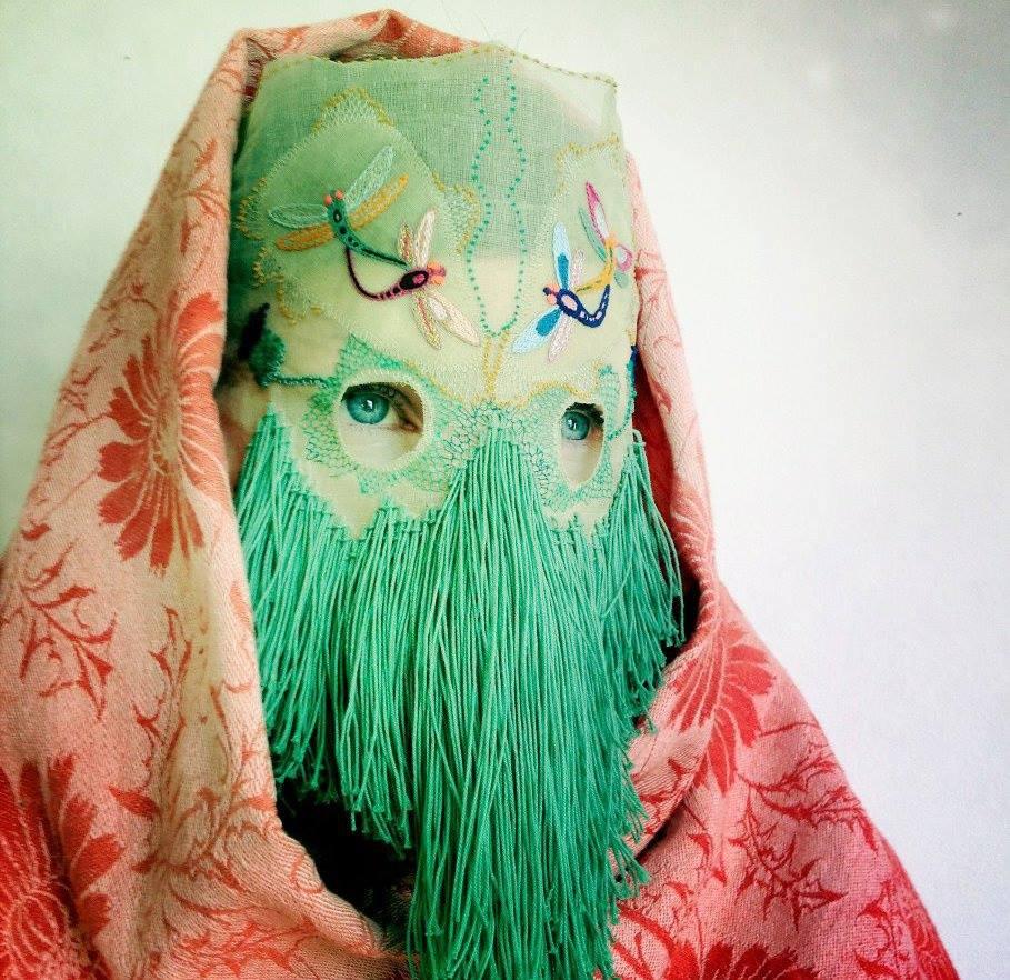De handgemaakte maskers van de Noorse Damelfrau