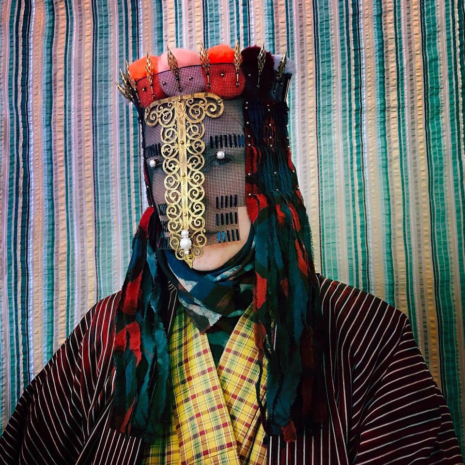 Kleuren en texturen in Damselfrau-maskers