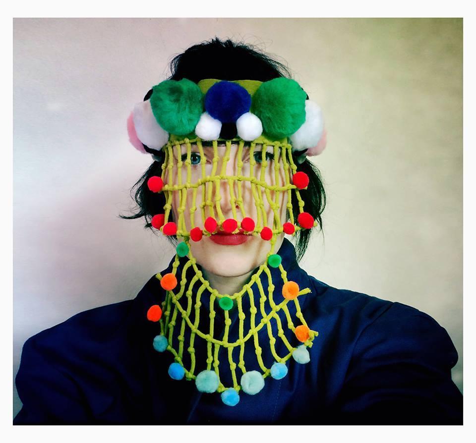 Damselfrau gebruikt verschillende materialen voor hun maskers