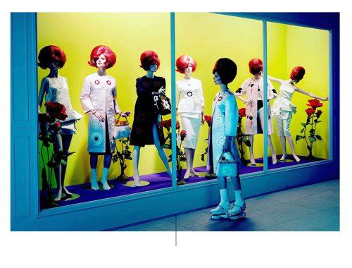 Surrealistische foto met mannequins met rode pruik binnen showcase met gele achtergrond duizenden aldrige foto