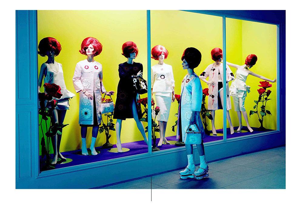 पीले बैकग्राउंड के साथ शोकेस के अंदर लाल विग के साथ पुतलों के साथ असली तस्वीर हजारों एल्ड्रिग फोटो