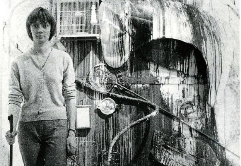 Niki de Saint Phalle disparando una escopeta. Foto: theartdesk.com